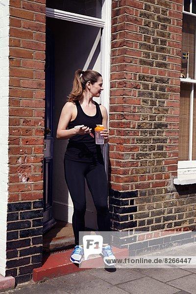 junge Frau junge Frauen Kleidung Wohnhaus verlassen Sport