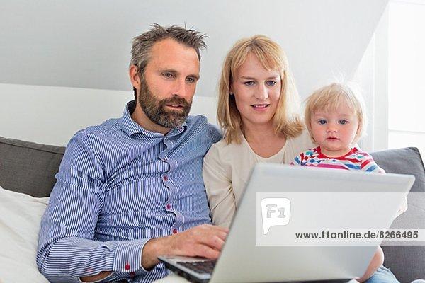 benutzen Notebook Menschliche Eltern Tochter