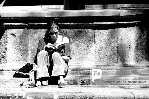 Buch  Hispanier  Mädchen  Taschenbuch  vorlesen