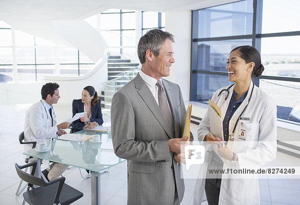 Geschäftsmann und Arzt beim Treffen