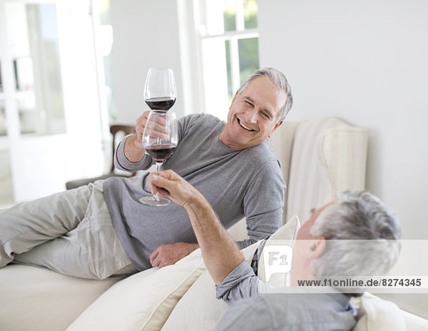 Senior Männer toasten Weingläser