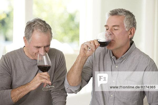 Senioren  die zusammen Wein trinken