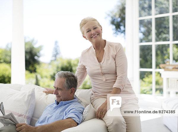 Seniorenpaar entspannt auf dem Sofa auf der Veranda