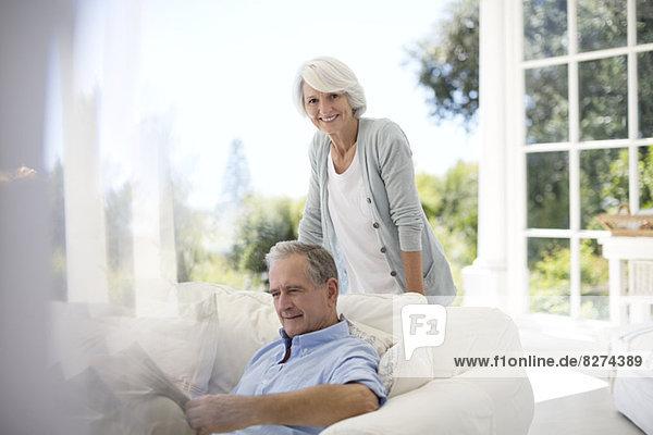 Seniorenpaar entspannt sich auf dem Terrassensofa