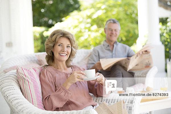 Seniorenpaar entspannt auf der Terrasse