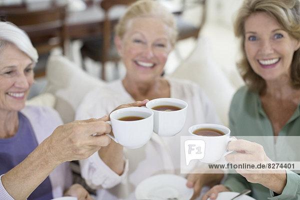Seniorinnen toasten Kaffeetassen