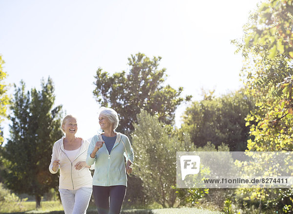 Seniorinnen joggen im Park