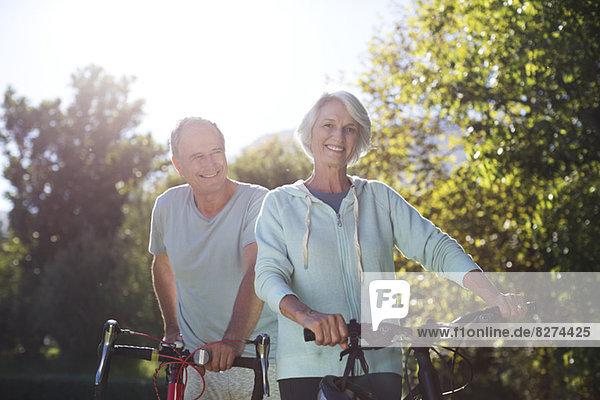 Seniorenpaar Wanderfahrräder im Park