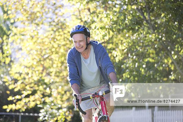 Senioren-Fahrradfahrer im Park