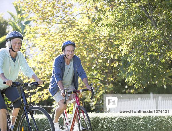 Seniorenpaar auf Fahrrädern im Park