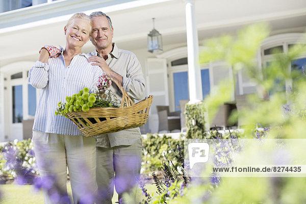 Porträt eines älteren Ehepaares im Garten