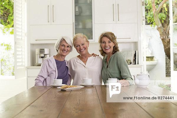 Seniorinnen beim Kaffeetrinken in der Küche