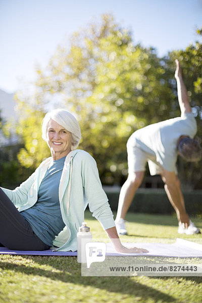 Seniorenpaar beim Training im Park