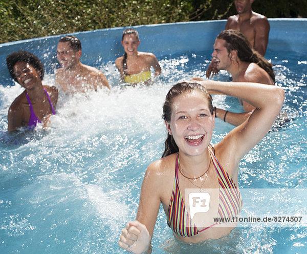 Freunde beim Spielen im Schwimmbad