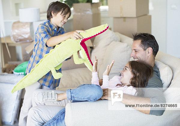 Vater und Kinder spielen im neuen Haus