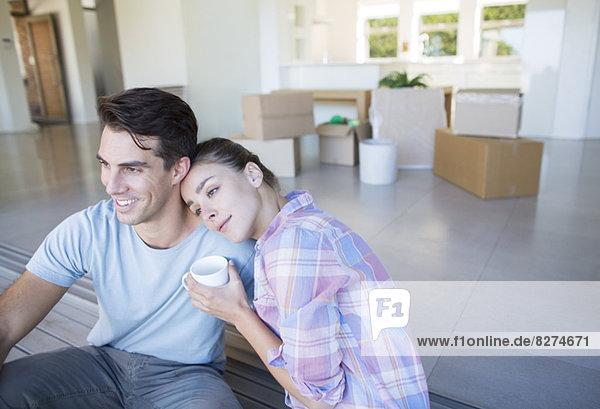 Paar trinkt Kaffee im neuen Haus