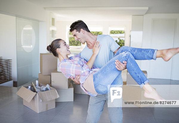 Mann mit Freundin im neuen Haus