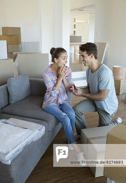 Mann schlägt Freundin in neuem Haus vor