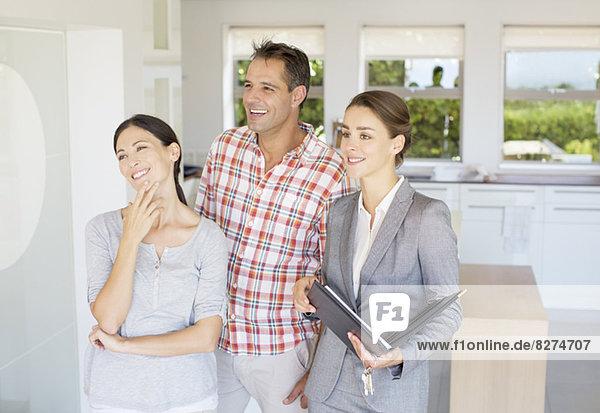 Immobilienmakler zeigt Paarhaus