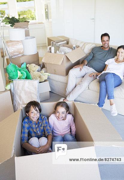 Geschwister im Karton im Wohnzimmer