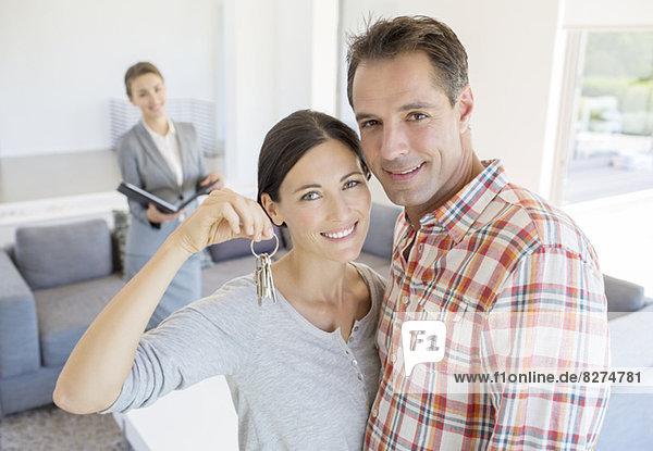 Porträt eines lächelnden Paares mit Hausschlüssel