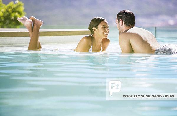 Paar Entspannung im Schwimmbad