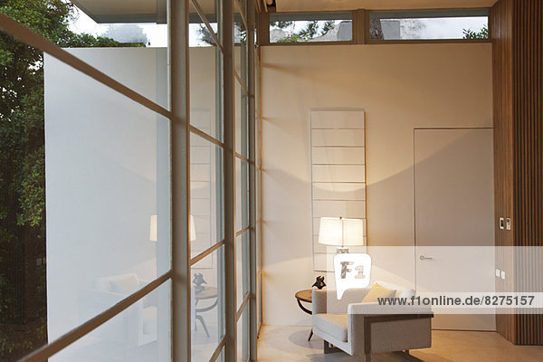 Sessel und Lampe im modernen Wohnzimmer