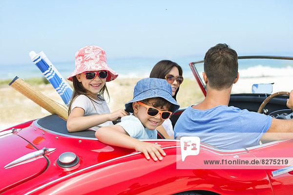 Familienreiten im Cabrio am Strand