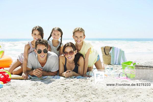 Porträt einer lächelnden Familie am Strand