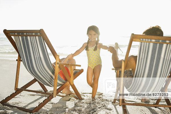 Familie entspannt am Strand