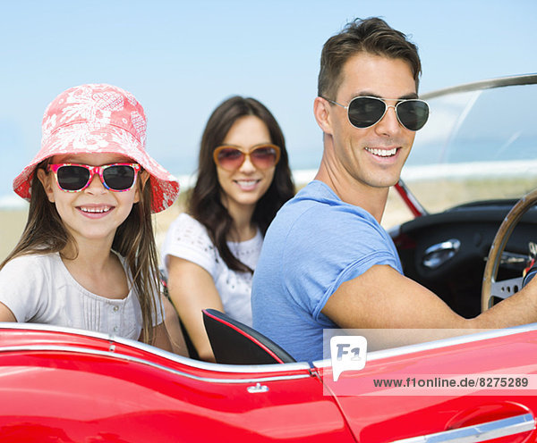 Familienfahrten im Cabrio am Strand