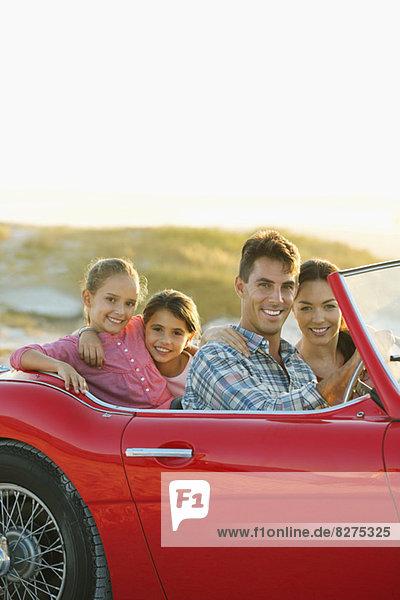Familie fährt zusammen im Cabriolet