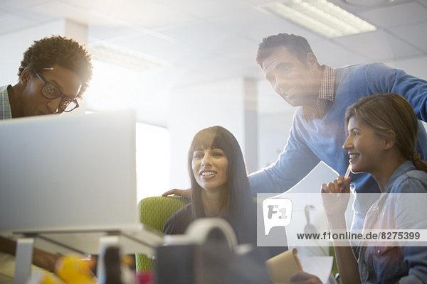 Geschäftsleute sprechen am Schreibtisch im Büro
