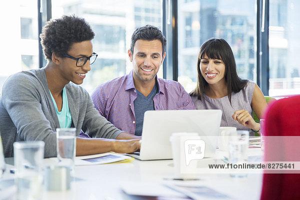 Geschäftsleute  die ihren Laptop in Meetings benutzen