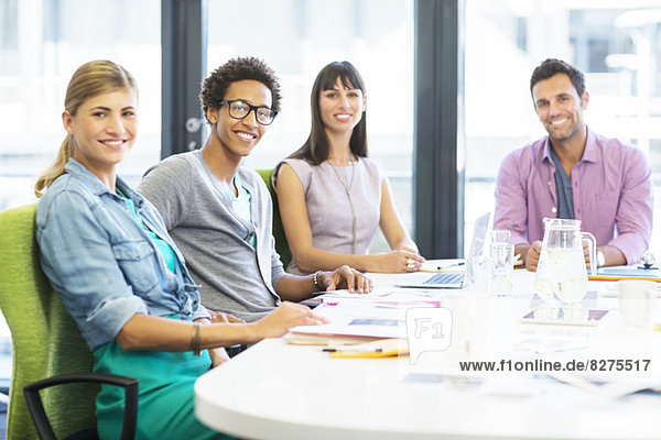 Porträt von lächelnden Geschäftsleuten im Büro