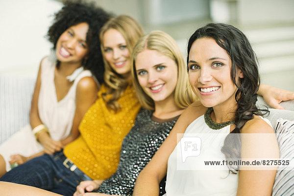 Porträt von lächelnden Frauen auf dem Sofa