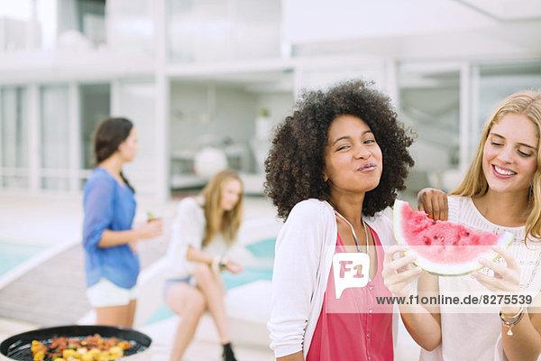 Frauen essen Wassermelone beim Grillen
