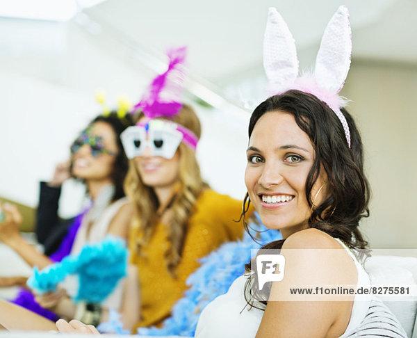 Frau mit Hasenohren auf der Party