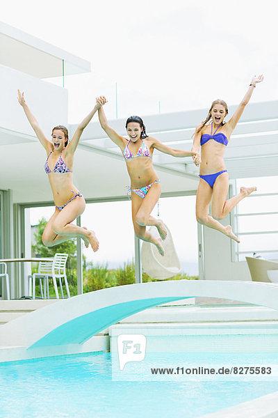 Frauen beim Sprung ins Schwimmbad