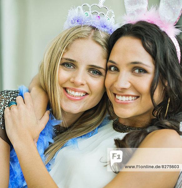 Porträt von lächelnden Frauen mit Diadem und Hasenohren
