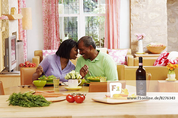 sehen  Salat  reifer Erwachsene  reife Erwachsene  essen  essend  isst