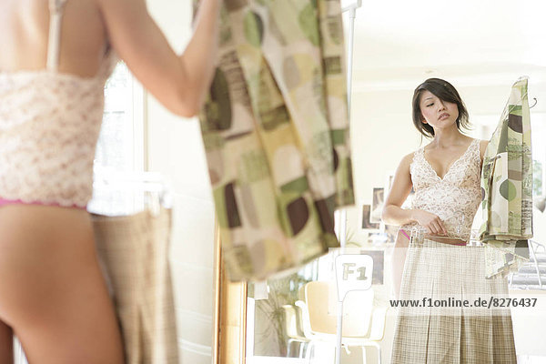 Junge Frau tragen Unterwäsche  Rückansicht