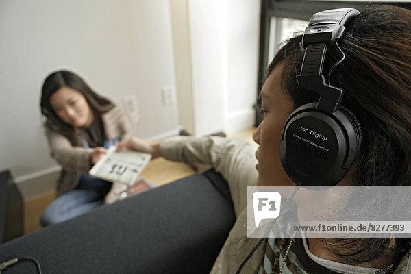 Junger Mann übergeben-CD mit einer Frau  Seitenansicht