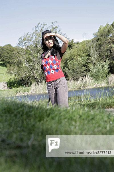 Blick auf eine Frau in einem Feld.