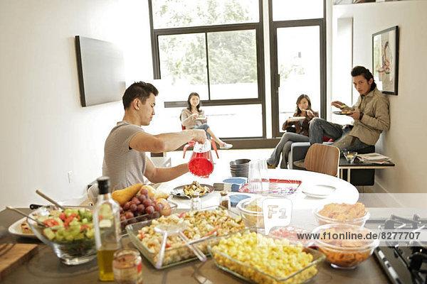 Vier Menschen  die ihre Mahlzeit  Seitenansicht