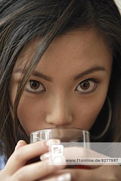 Junge Frau mit Getränk  Portrait