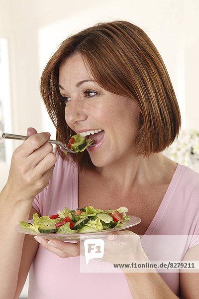 Frau  Salat  mischen  essen  essend  isst  Mixed