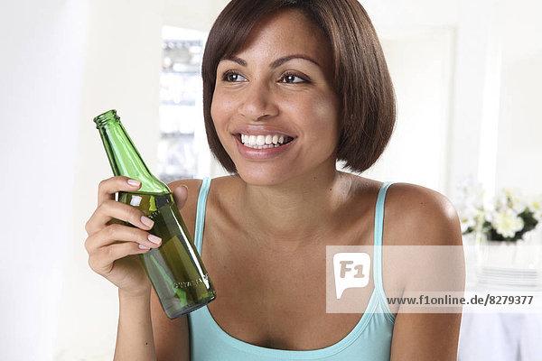 Frau  halten  Bier  Flasche