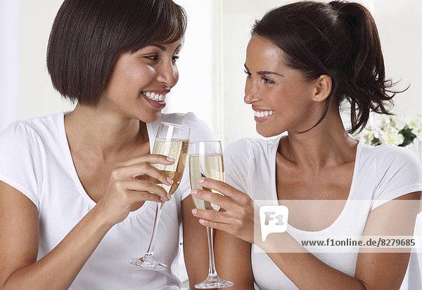 Frau  2  trinken  Champagner