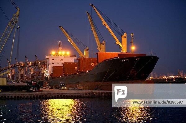 Schiff  Lastkraftwagen  Ladung  beladen  Abenddämmerung